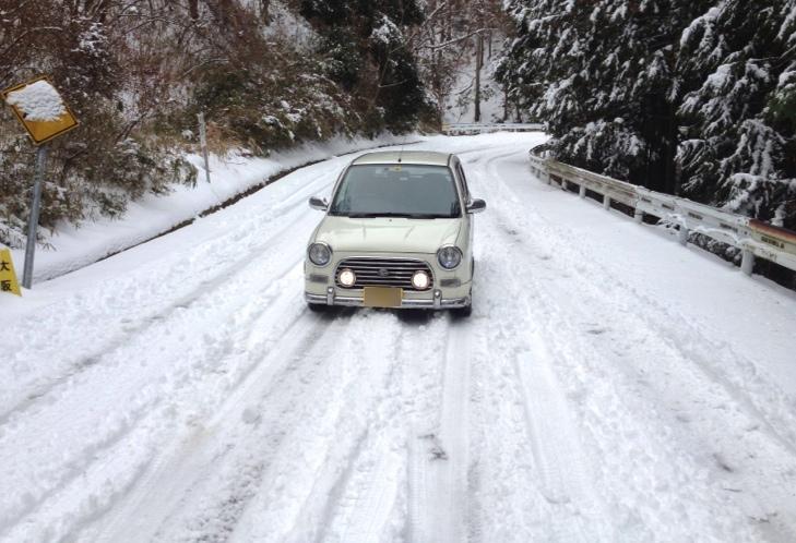 軽自動車と雪山