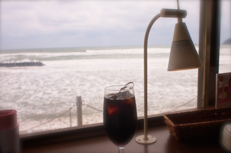 海沿いのカフェにて