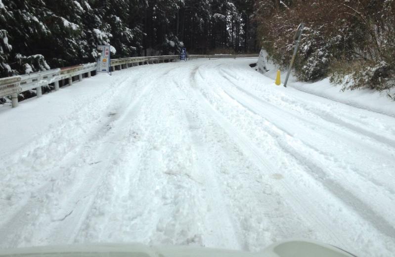 急勾配の雪道