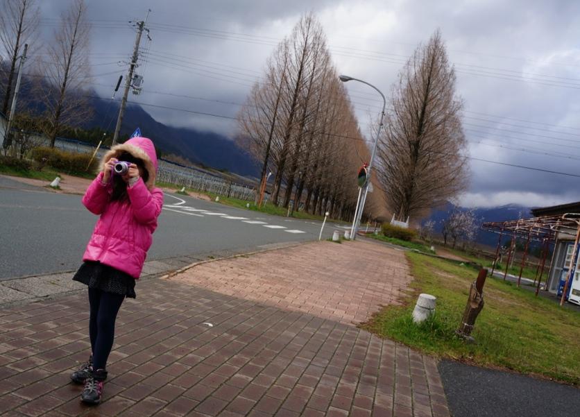写真を撮る娘