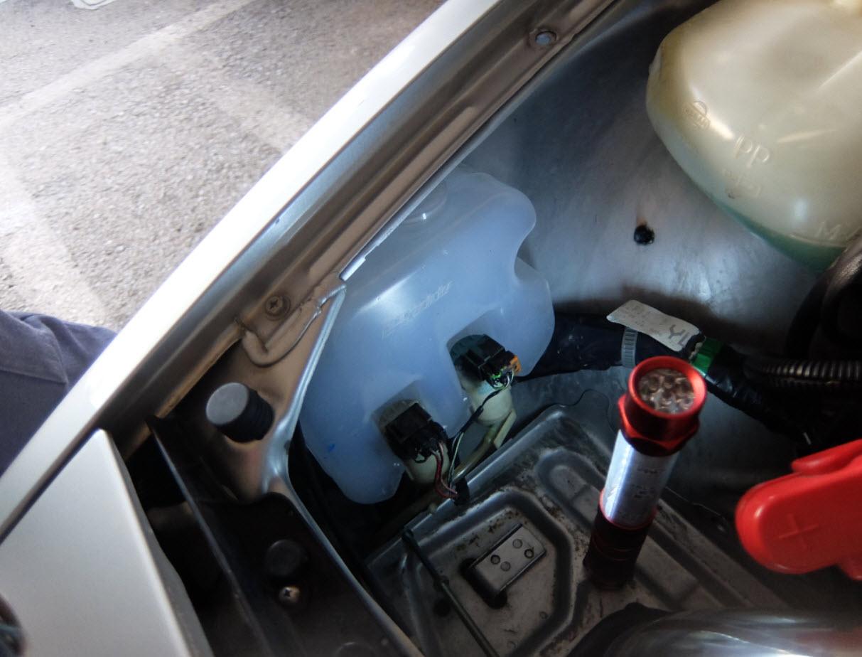 ウォッシャータンクの水漏れ修理